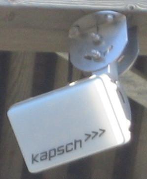 """Rar dings merket """"Kapsch"""" henger under brua over E16 på Sollihøgda."""